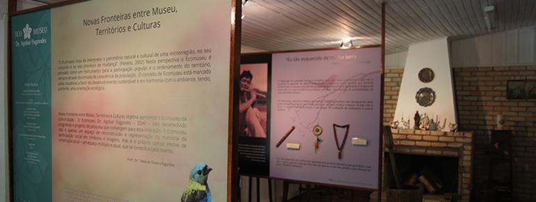 A exposição Novas fronteiras entre museu, territórios e culturas teve o projeto gráfico desenvolvido pela Tríscele